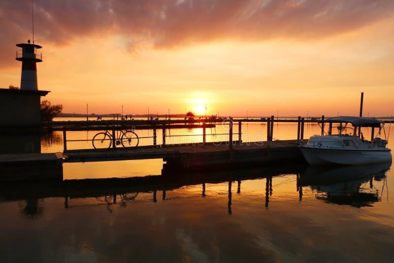 Puesta del sol dramática sobre el fondo de la naturaleza del lago imagenes de archivo