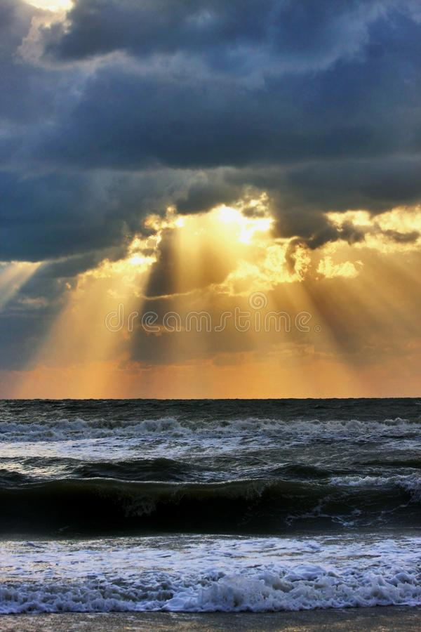 Puesta del sol dramática sobre el Golfo de México foto de archivo