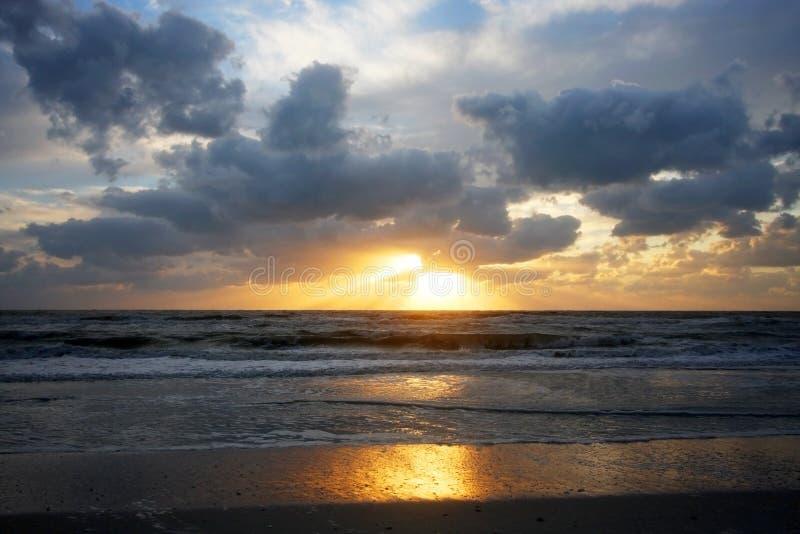 Puesta del sol dramática sobre el Golfo de México fotografía de archivo