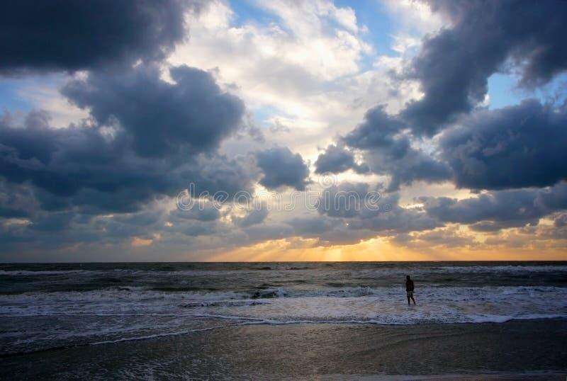 Puesta del sol dramática sobre el Golfo de México imágenes de archivo libres de regalías