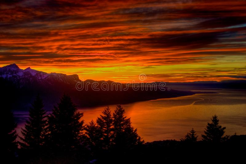 Puesta del sol dramática sobre el lago Ginebra imagen de archivo