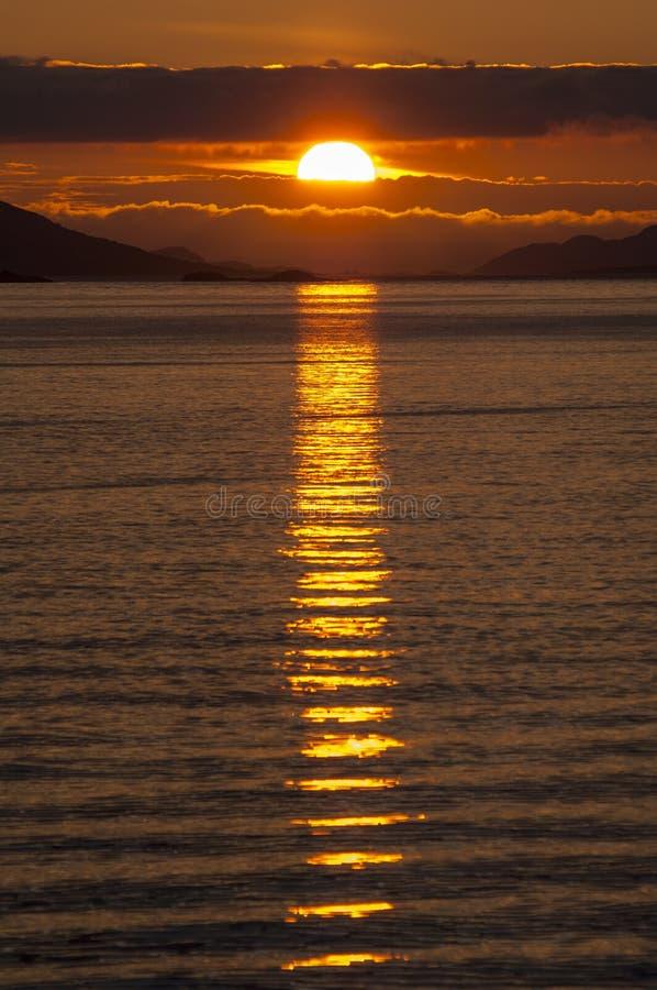 Puesta del sol dramática sobre la costa ártica de Noruega fotografía de archivo