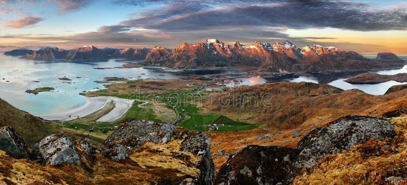 Puesta del sol dramática sobre la montaña de Lofoten fotos de archivo