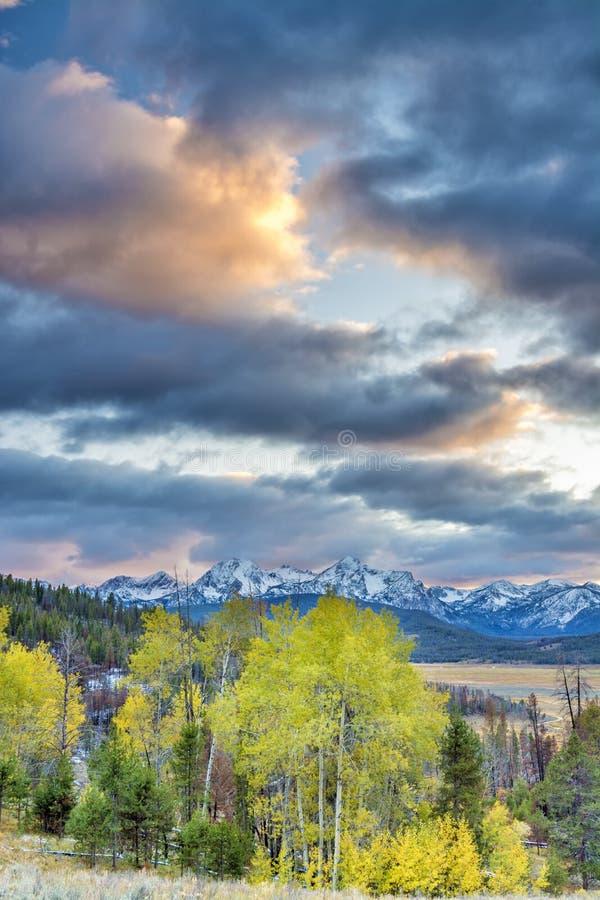 Puesta del sol dramática sobre las montañas Idaho del diente de sierra fotografía de archivo
