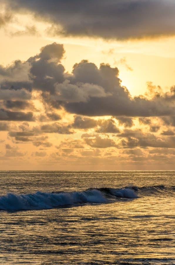 Puesta del sol dramática sobre Océano Atlántico con el cielo nublado en Limbe, el Camerún, África fotos de archivo