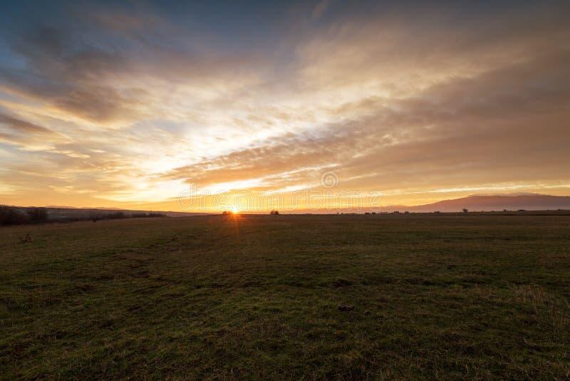 Puesta del sol dramática sobre un campo 5 fotografía de archivo