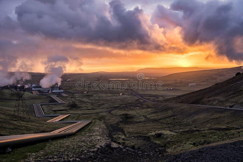 Puesta del sol dramática sobre una central eléctrica verde imagen de archivo libre de regalías