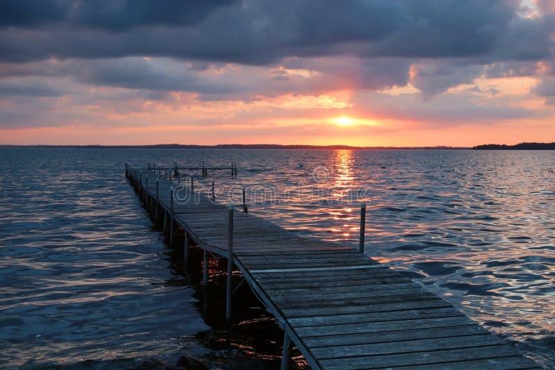 Puesta del sol dramática del verano sobre el lago imagen de archivo
