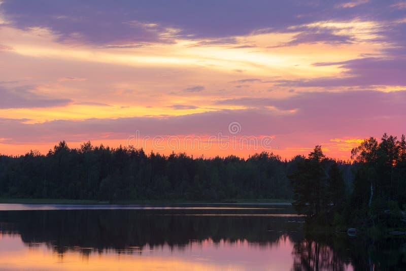 Puesta del sol dram?tica con las nubes fotografía de archivo libre de regalías