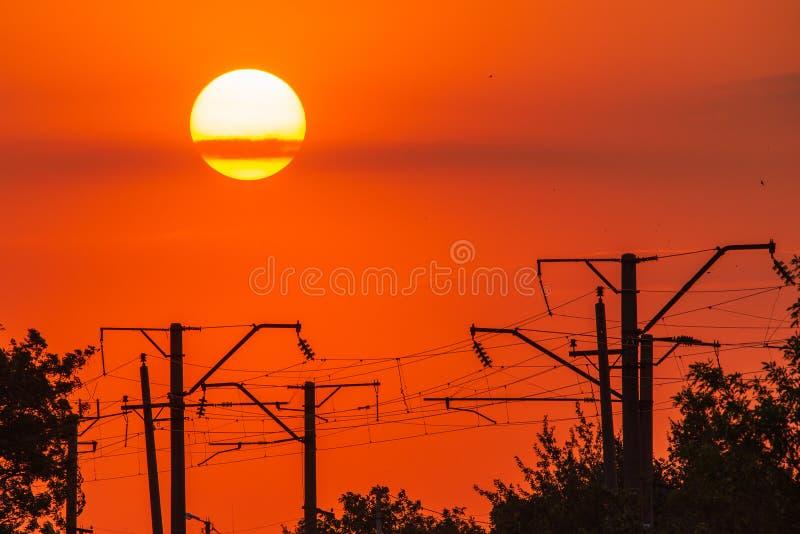 Puesta del sol dram?tica hermosa y nube del primer en el cielo fotografía de archivo libre de regalías