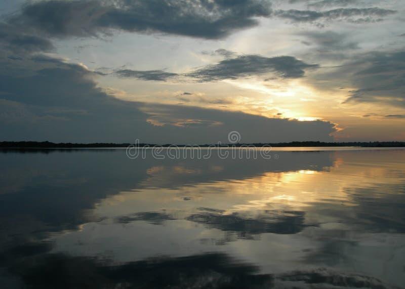Puesta del sol duplicada en el Amazonas fotografía de archivo