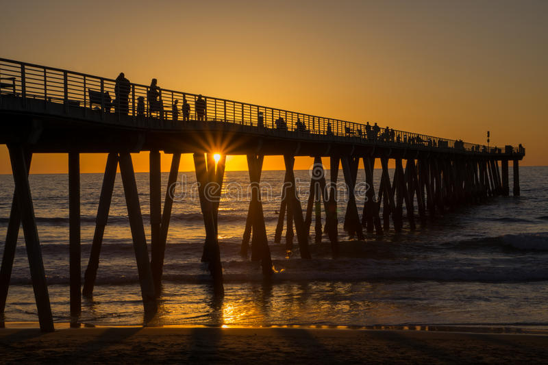 Puesta del sol, embarcadero de la playa de Hermosa fotografía de archivo