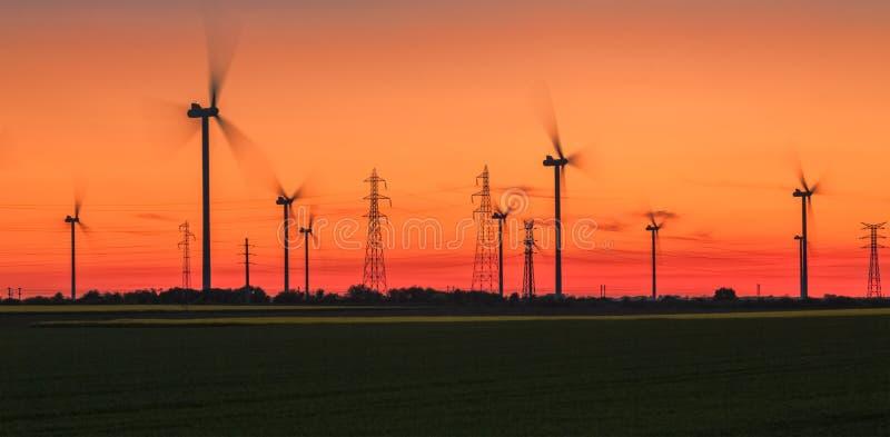 Puesta del sol enérgica - energía eólica foto de archivo