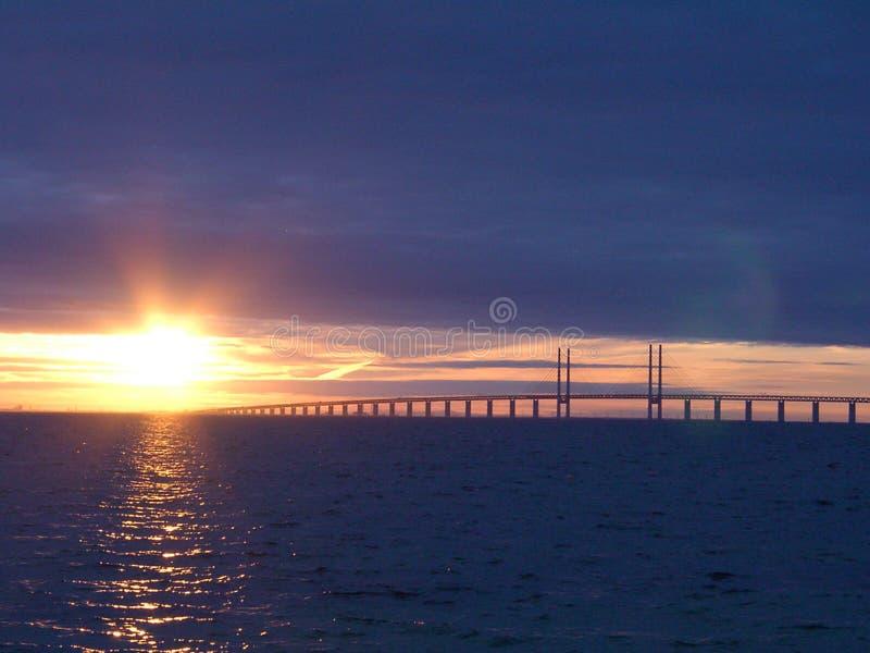 Puesta del sol en Ãresundsbron foto de archivo