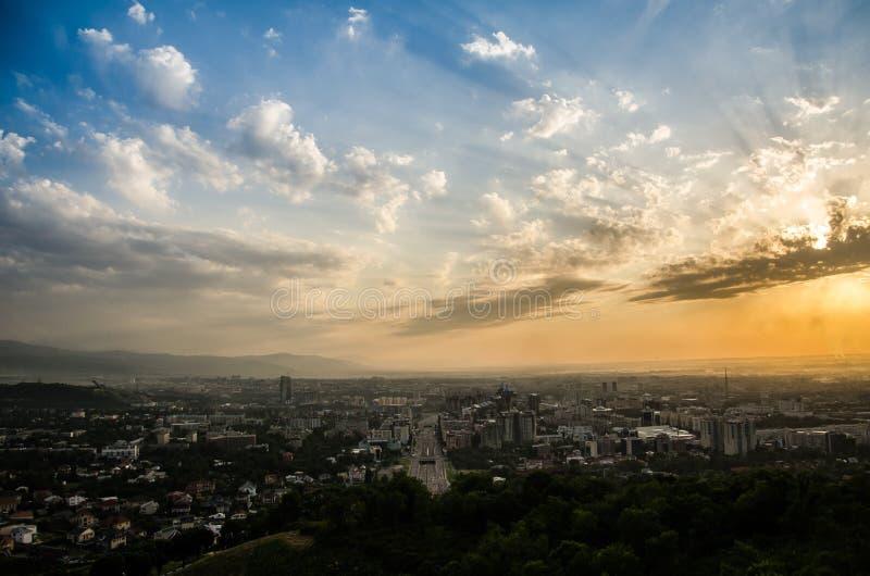 Puesta del sol en Almaty fotografía de archivo libre de regalías