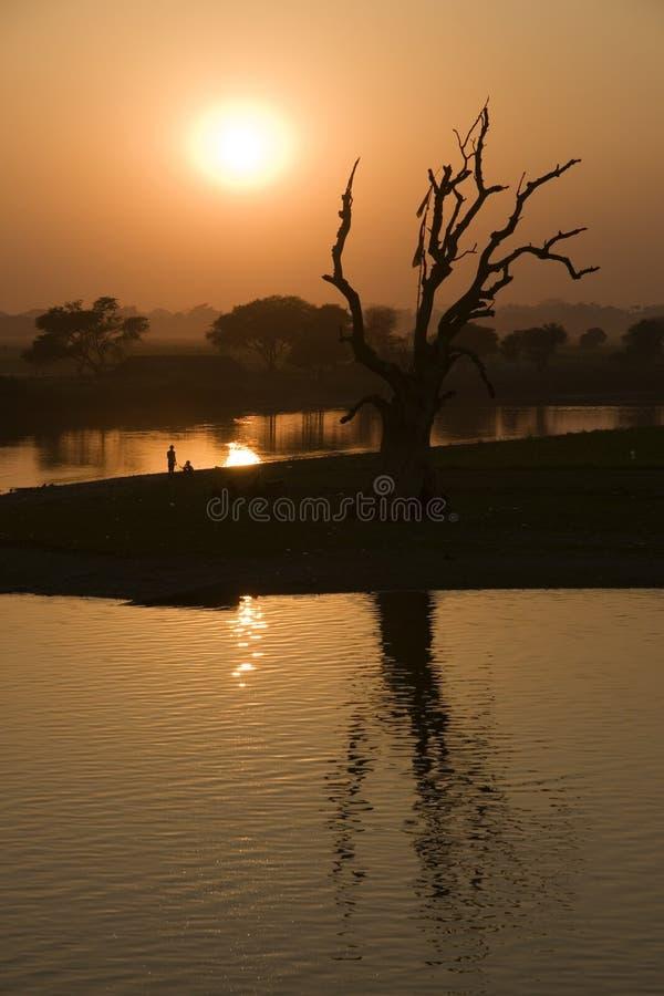 Puesta del sol en Amarapura en Myanmar (Birmania) fotografía de archivo