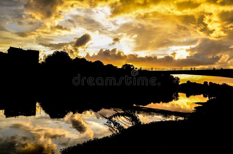 Puesta del sol en Arno River fotos de archivo libres de regalías