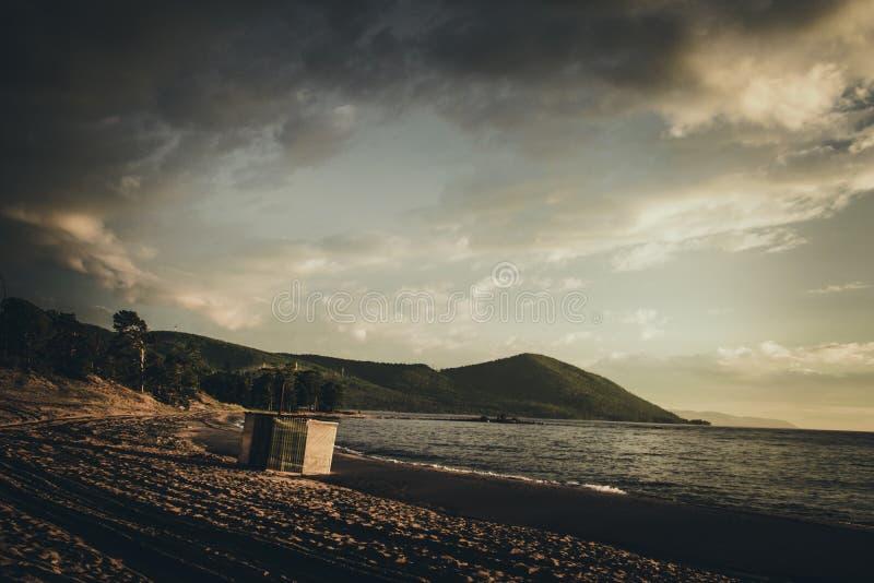 Puesta del sol en Baikal fotografía de archivo