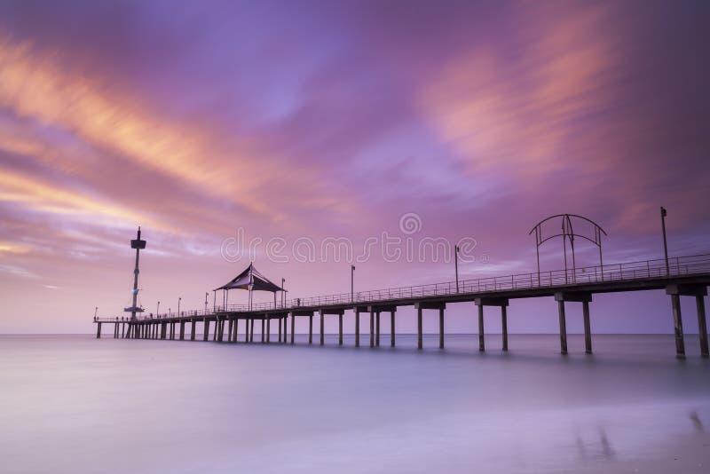 Puesta del sol en Brighton Beach Jetty, Adelaide, sur de Australia Rosa, foto de archivo libre de regalías