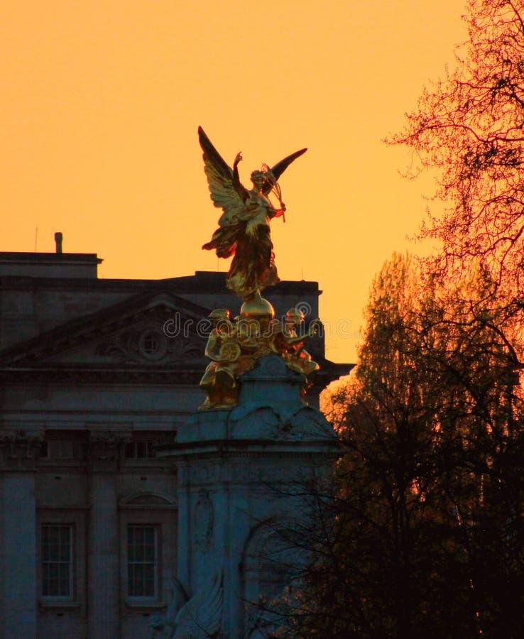 Puesta del sol en Buckingham Palace imágenes de archivo libres de regalías