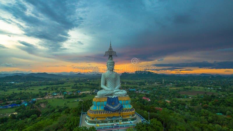 puesta del sol en Buda grande de Wat Nong Hoi fotos de archivo