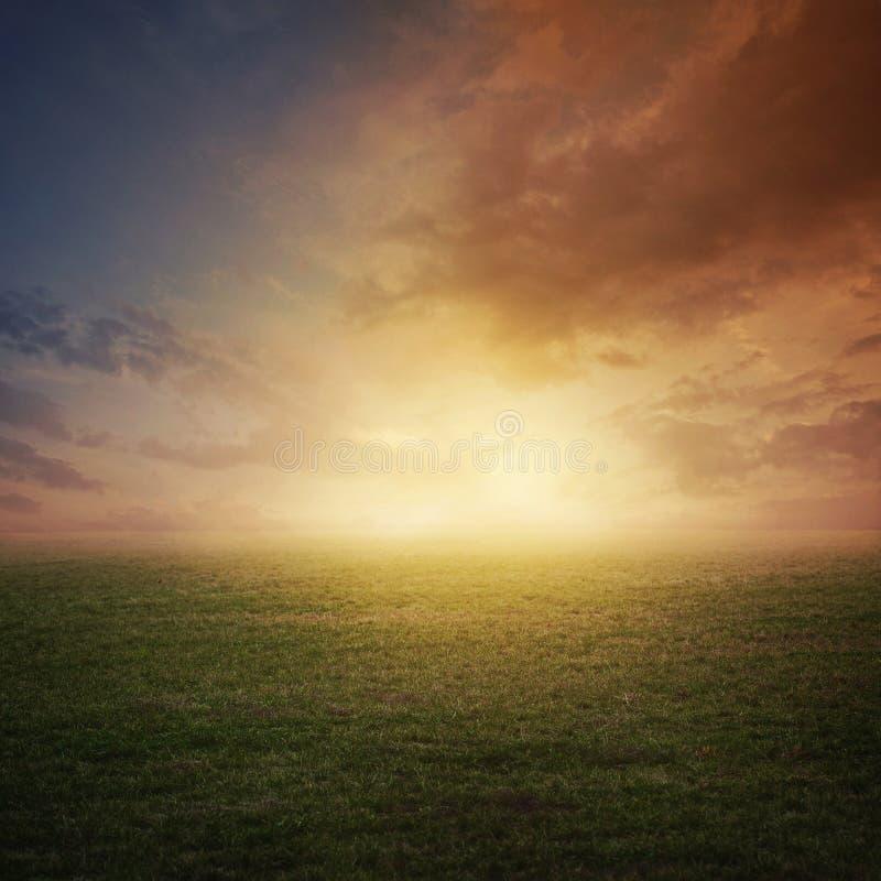 Puesta del sol en campo fotos de archivo libres de regalías