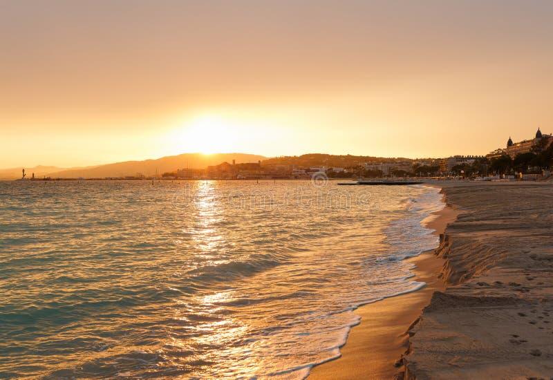 Puesta del sol en Cannes, Cote d'Azur, Francia, Europa del sur Ciudad agradable y centro tur?stico de lujo de riviera francesa De foto de archivo libre de regalías