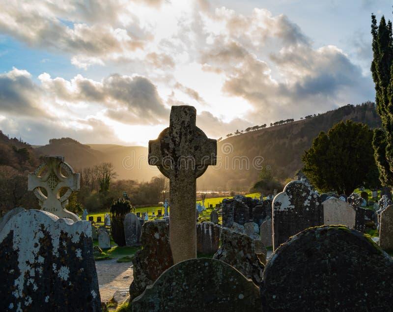 Puesta del sol en cementerio céltico fotos de archivo libres de regalías