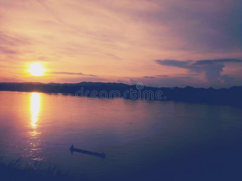 Puesta del sol en Chiang Khan en el río Mekong fotografía de archivo libre de regalías
