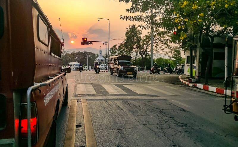 puesta del sol en Chiang Mai y x27; camino de s imágenes de archivo libres de regalías