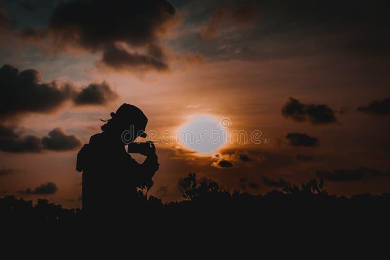 Puesta del sol en cielo imagen de archivo