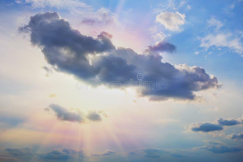 Puesta del sol en cielo nublado rojo imágenes de archivo libres de regalías