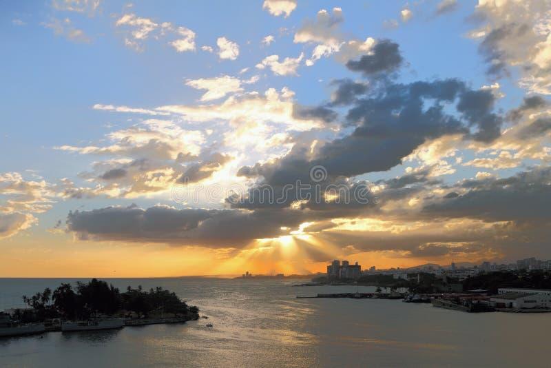 Puesta del sol en ciudad de playa Santo Domingo, República Dominicana fotos de archivo libres de regalías