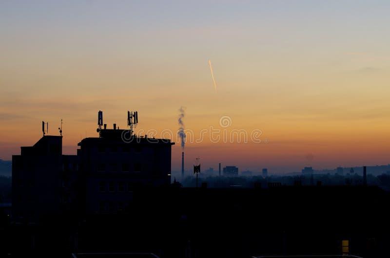 Puesta del sol en ciudad del otoño fotos de archivo