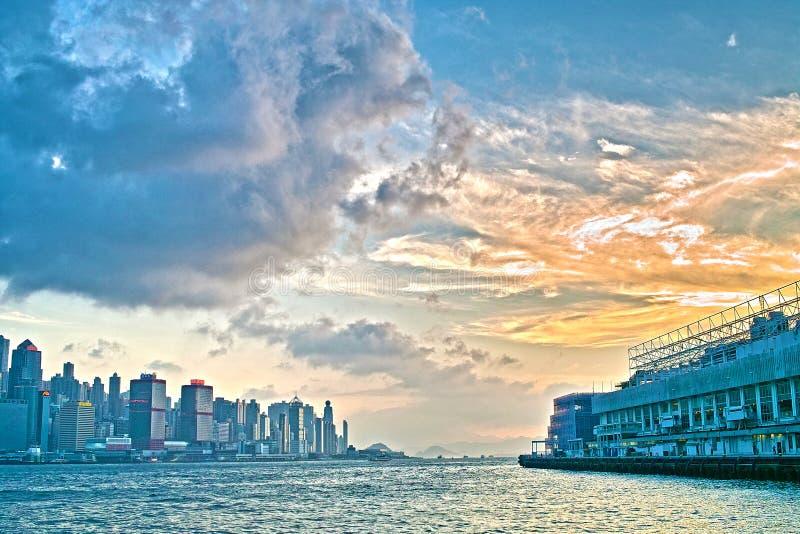 Puesta del sol en ciudad del puerto de Hong-Kong imagenes de archivo