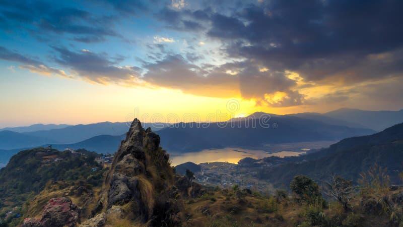 Puesta del sol en colinas azules fotos de archivo