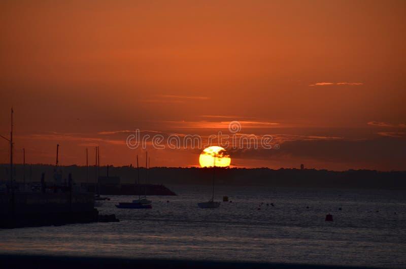 Puesta del sol en Cowes, isla del Wight imagen de archivo