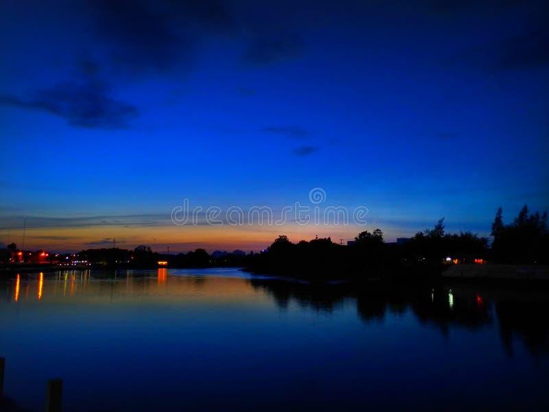 Puesta del sol en curvado del río en Ratchaburi, Tailandia, tiempo crepuscular fotografía de archivo