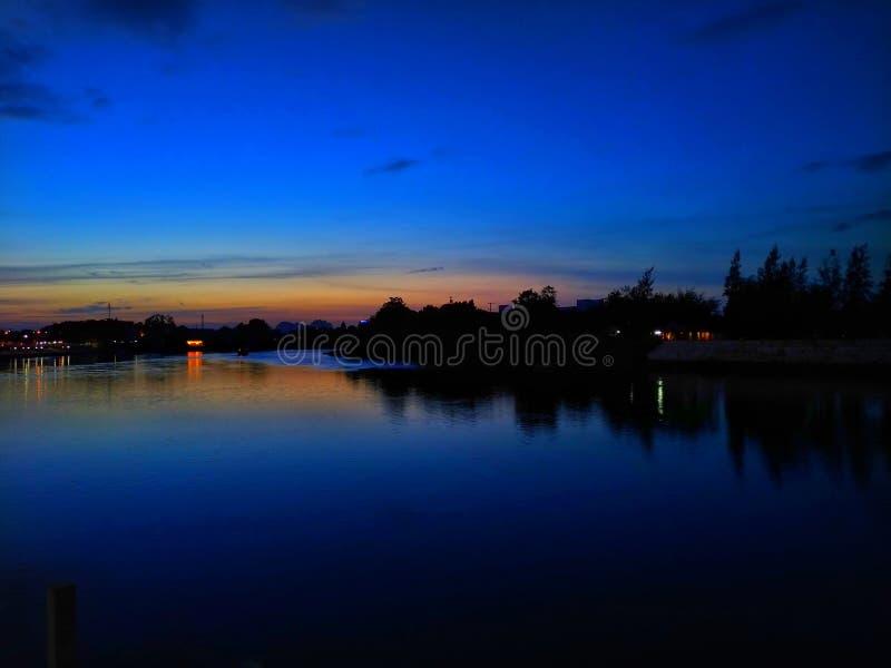 Puesta del sol en curvado del río en Ratchaburi, Tailandia, tiempo crepuscular imágenes de archivo libres de regalías