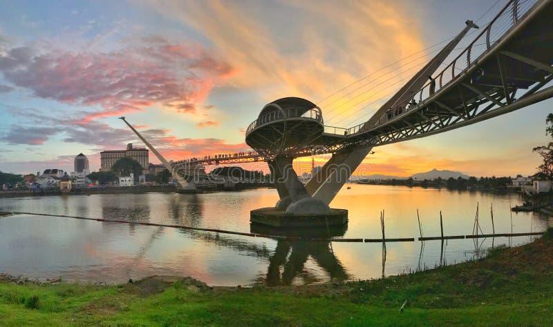Puesta del sol en Darul Hana Bridge en Kuching Sarawak fotos de archivo libres de regalías