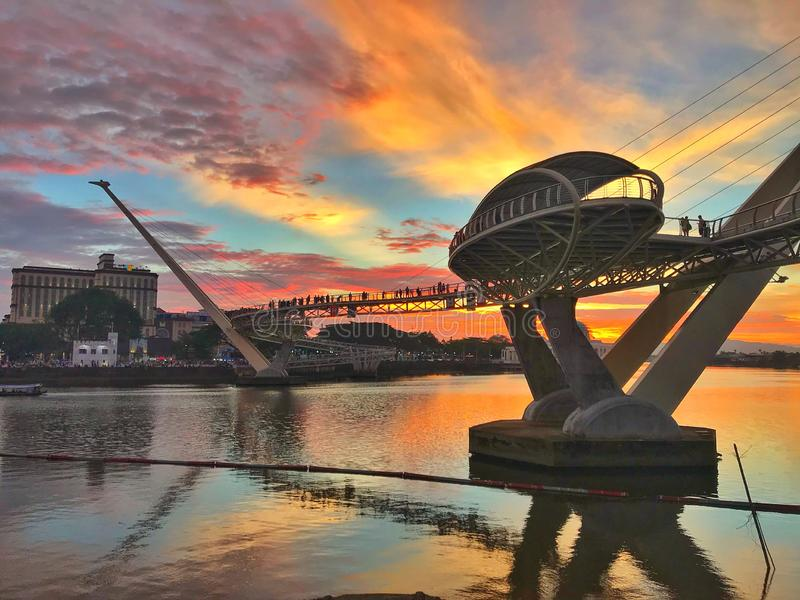 Puesta del sol en Darul Hana Bridge en Kuching Sarawak foto de archivo