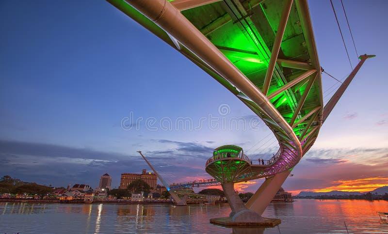Puesta del sol en Darul Hana Bridge, Kuching Sarawak; 10 de marzo de 2018 fotografía de archivo