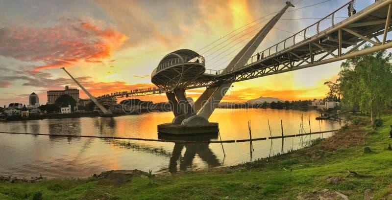 Puesta del sol en Darul Hana Bridge en Kuching Sarawak Malasia fotografía de archivo libre de regalías