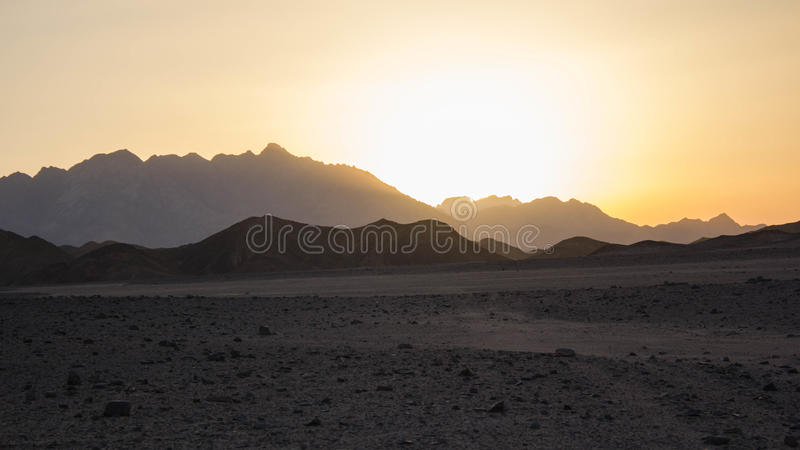 Puesta del sol en desierto foto de archivo libre de regalías