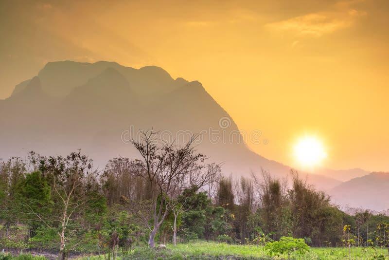 Puesta del sol en Doi Luang Chiang Dao, Chiang Mai como fondo foto de archivo libre de regalías