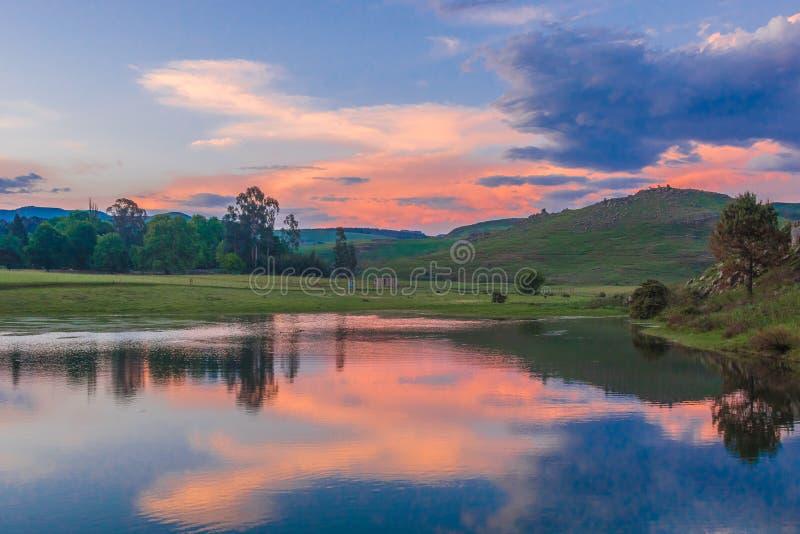 Puesta del sol en Drakensbergen Khotso, Suráfrica fotografía de archivo