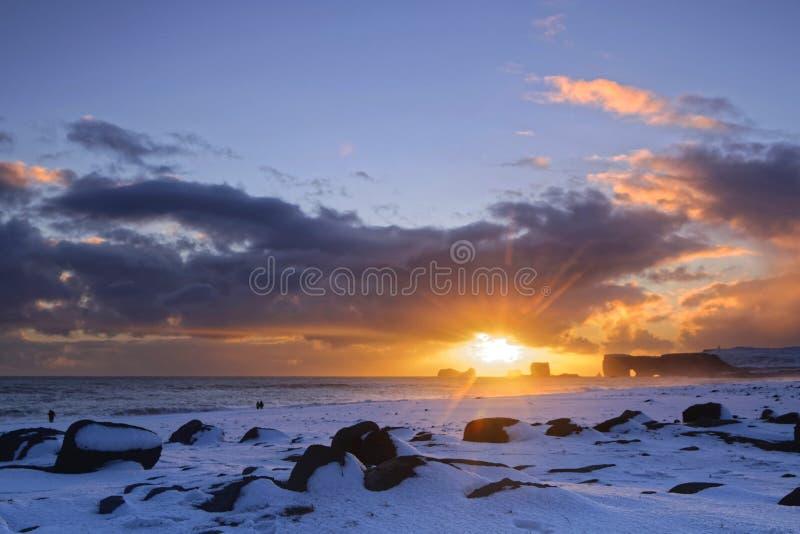 Puesta del sol en Dyrholaey y la playa fotografía de archivo libre de regalías