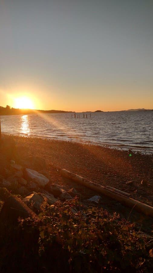 Puesta del sol en el agua imagen de archivo libre de regalías