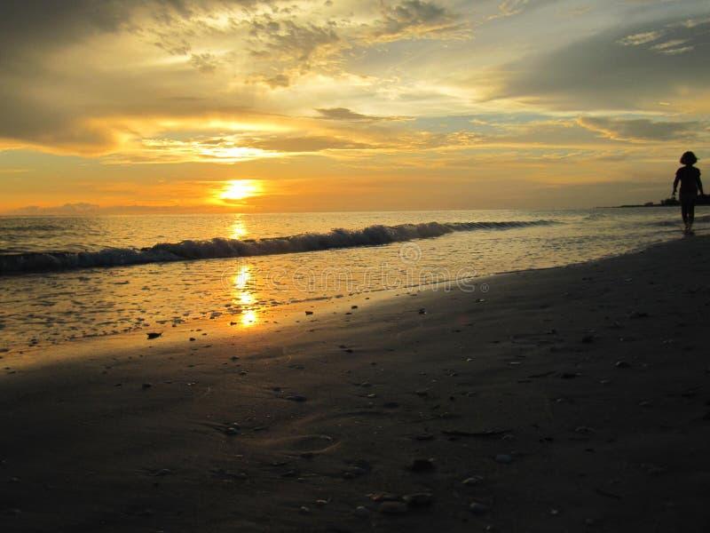 Puesta del sol en el agua en la playa de Lido, la Florida fotos de archivo