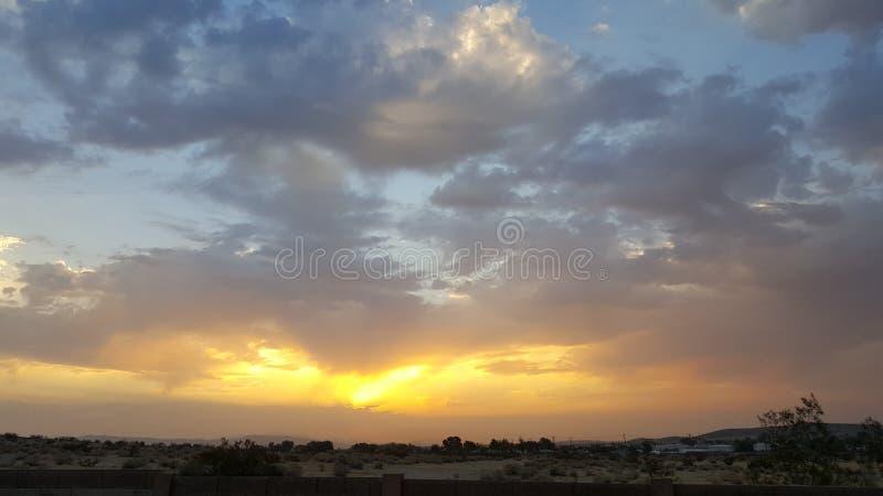 Puesta del sol en el alto desierto, California imagenes de archivo